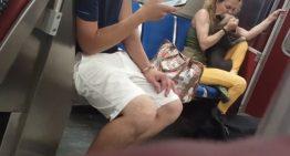 Mulher tortura cão dentro do metrô e deixa passageiros revoltados