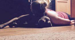 O cão que é treinado para salvar sua dona durante crises de convulsão