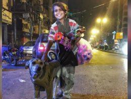 Menino de rua empresta agasalho para cão se esquentar em noite fria