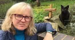 Mulher fica surpresa ao se deparar com o seu gato horas após seu funeral